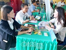 Gần 100 sinh viên tham gia ngày hội việc làm