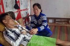 Mong được chữa trị để lao động nuôi con