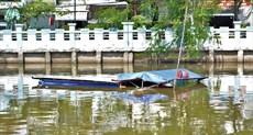 Một tàu chở củi mất lái, va vào trụ cầu bị chìm