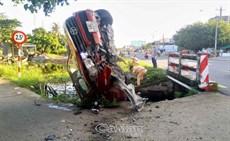 TP Cà Mau: Một xe ô tô đâm xuống kênh khi đang lưu thông