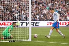 Thắng kịch tính West Ham, Man Utd áp sát ngôi đầu