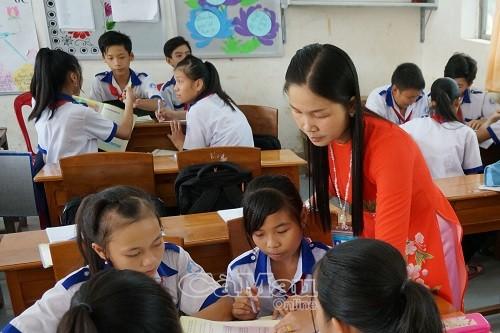 Cô và trò trường THCS Tạ An Khương, huyện Đầm Dơitrong giờ học. Trường THCS Tạ An Khương đạt chuẩn quốc gianăm 2015.