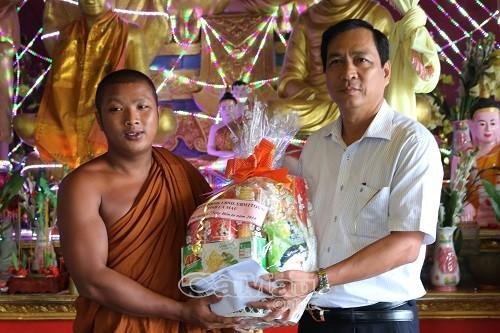Phó chủ tịch UBND tỉnh Cà Mau Trần Hồng Quân trao quà cho đại diện chùa Rạch Cui, xã Khánh Bình Đông, huyện Trần Văn Thời.