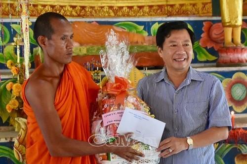 Phó chủ tịch HĐND tỉnh Cà Mau Dương Huỳnh Khải tặng quà cho Đại đức Hữu Ty Na, Trụ trì chùa Cao Dân, Ấp 7, xã Tân Lộc.