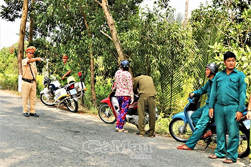Cảnh sát Giao thông - Trật tự, Công an huyện Trần Văn Thời phối hợp với Công an xã Khánh Bình tuần tra kiểm soát tại các tuyến đường trên địa bàn.