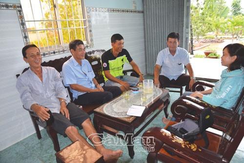 Các thành viên trong Câu lạc bộ Cánh đồng 150 triệu, Khóm 6, phường Tân Thành trao đổi kinh nghiệm nuôi cá