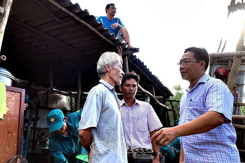 Chính quyền địa phương đến thăm hỏi, động viên gia đình ông Dương Cẩm Vinh (bìa trái).