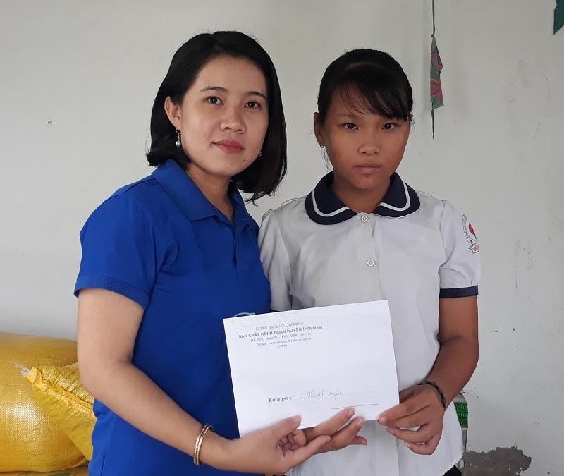Đại diện Chi đoàn báo Cà Mau trao học bổng đợt I/2019 cho em Lê Thanh Ngân.