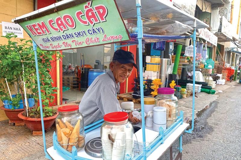 Ông Lê Văn Tính và xe kem đã gắn bó hơn 30 năm.