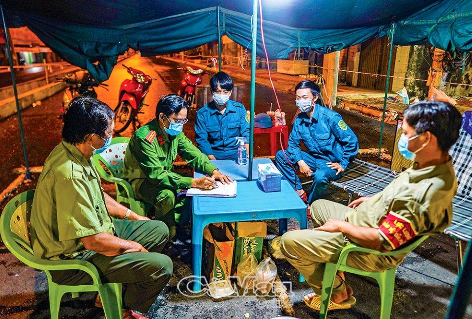 Thiếu tá Trần Quốc Nghị, Cảnh sát khu vực Khóm 2, Phường 9 cùng lực lượng tham gia gác chốt phong toả lên kế hoạch phân công nhiệm vụ cho từng thành viên mỗi ca trực.
